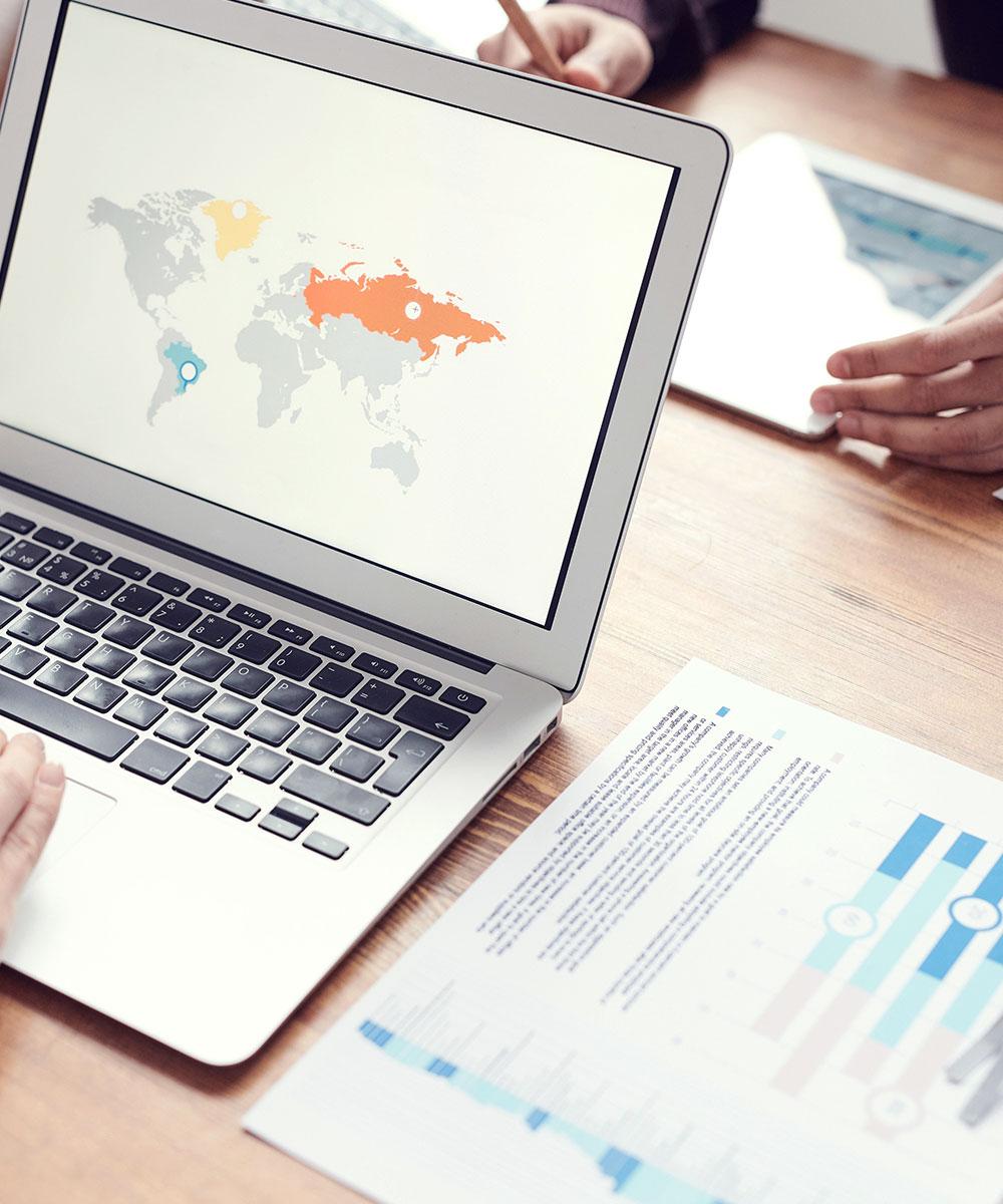 Computador com mapa mundo